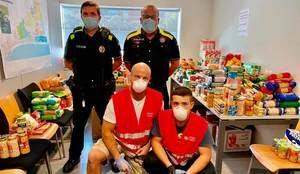 Recollida solidària d'aliments entre la policia local i els mossos de Castelldefels