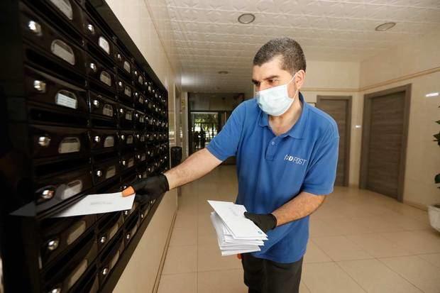 L'Hospitalet reparte 85.000 mascarillas contra el covid-19 entre niños y personas mayores