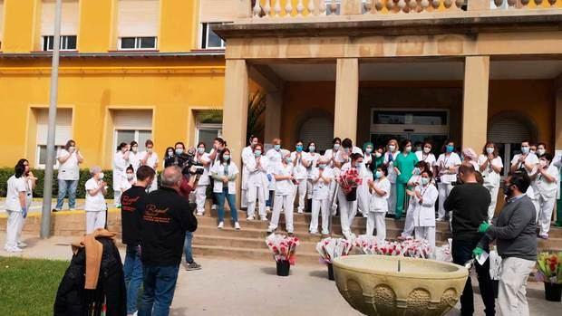 Viladecans omple de roses les residències de la gent gran, l'Hospital i l'ambulatori