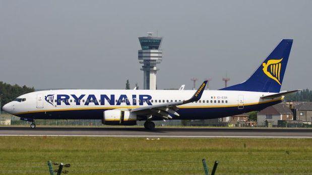 Un avión de Ryanair tiene que ser evacuado en el Aeropuerto del Prat por el incendio de una batería de móvil