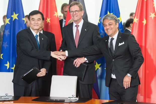De izquierda a derecha: An Jin, presidente de JAC; Dr. Jochem Heizmann, presidente de Volkswagen Group China, y Luca de Meo, presidente de Seat.