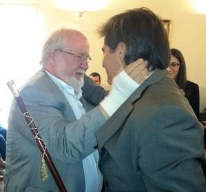 Esteve (izquierda) felicitando a Xavier Fonollosa (derecha), actual alcalde de Martorell, después del relevo en 2015.