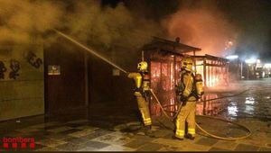 Los bomberos han tardado un par de horas en sofocar el incendio