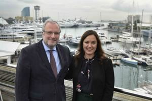 Constantí Serrallonga, director general de Fira Barcelona, junto con Liz Plizga, vicepresidenta de Diversified Communications, organizadora de la feria.