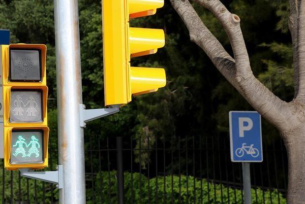 Sant Boi inaugura los primeros semáforos inclusivos LGTBI