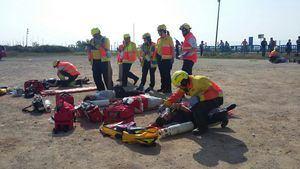 Simulación de atención médica a víctimas de la tragedia.