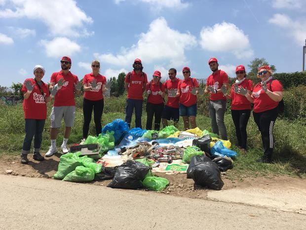 Los trabajadores de Unilever recogen más de 100kg de basura en el Parc de la Marina de Viladecans