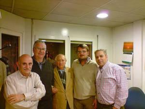 """De izquierda a derecha, José María Alarcón, Manuel Salmerón, Juan López """"Juanele"""" (EPD) creador del programa, Josep Pallarés, director de Radio Sant Boi y el técnico de sonido Damià Grima (EPD)"""