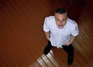 El escritor Toni Hill, autor de 'Tigres de vidre', dará hoy el pistoletazo de salida a las fiestas de Sant Ildefons