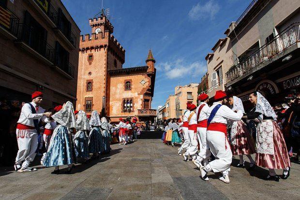 El baile de la Tornaboda en la plaza de la Vila con el Ayuntamiento de Viladecans al fondo.