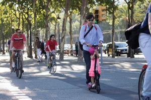 Algunas de las prácticas habituales, como ir dos personas sobre un patinete eléctrico, que serán sancionadas a partir de hoy en Collblanc-Torrassa.