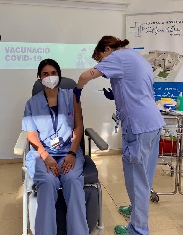 El Hospital Sant Joan de Déu de Martorell comienza la vacunación de toda su plantilla