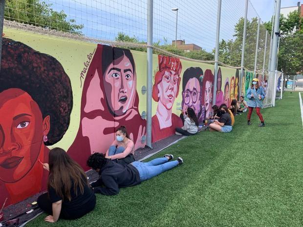 Viladecans engalana el campo de fútbol municipal con un gran mural feminista