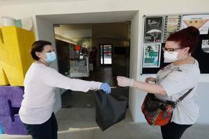Viladecans reparteix elements de seguretat als establiments comercials