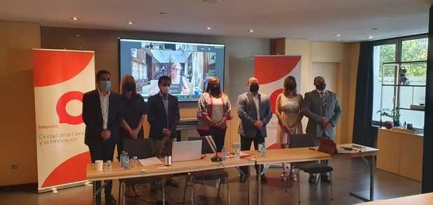 El alcalde de Viladecans (tercero por la derecha) durante la asambla anual de Innpulso