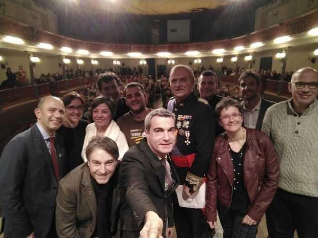 El alcalde, Joan Ramon Casals, se hace un selfie con Albà y el resto de colaboradores de la Fira.