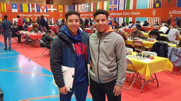 Los dos jugadores del CB Viladecans fichados por dos equipos de la MLB, Frank -izquierda- y Omar Hernández, durante su visita a El Llobregat Open Chess