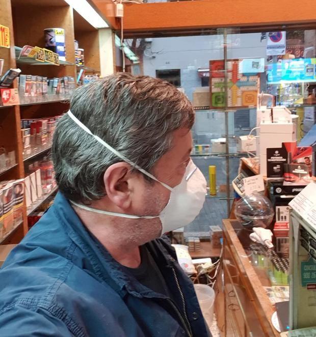 Juan Serrano de cara al público con mascarilla, adoptando medidas excepcionales para poder atender a los clientes ante la alerta sanitaria del Covid-19