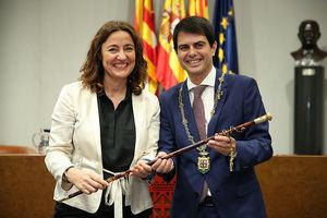 Mercè Conesa entregando la batuta de mando a Marc Castells, nuevo presidente de la Diputació de Barcelona.