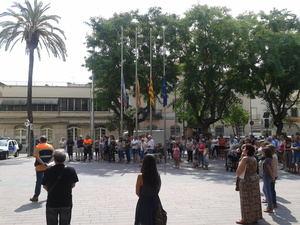 El acto de recuerdo a las víctimas ante el Ayuntamiento de Sant Boi.