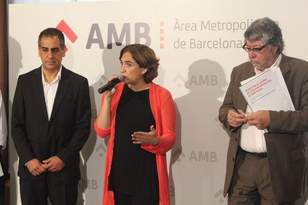 A la izquierda, Colau con los líderes de ERC y PSC tras firmar el pacto que ha gobernado el área metropolitana de Barcelona desde 2014. A la derecha, Ángel Simón, presidente ejecutivo del grupo Agbar (Aguas de Barcelona).