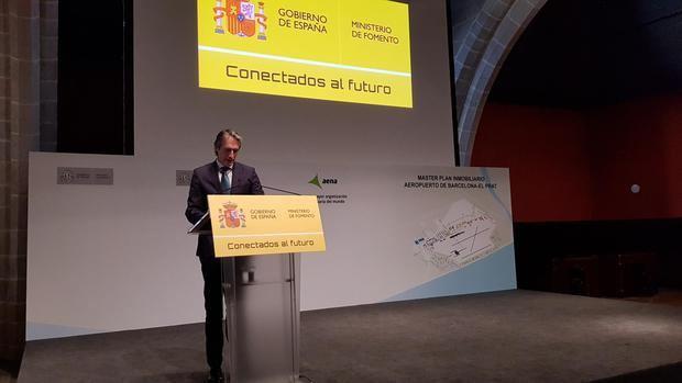 El exministro de Fomento Íñigo de la Serna presentando el plan para El Prat hace un año.