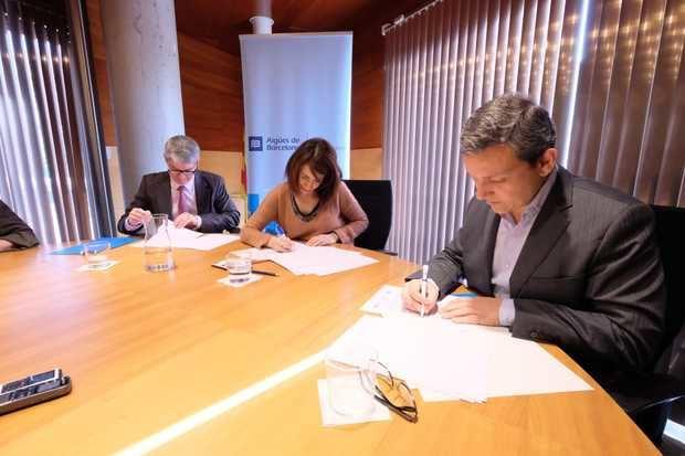 Firma del convenio entre el Ayuntamiento y Aigües de Barcelona.