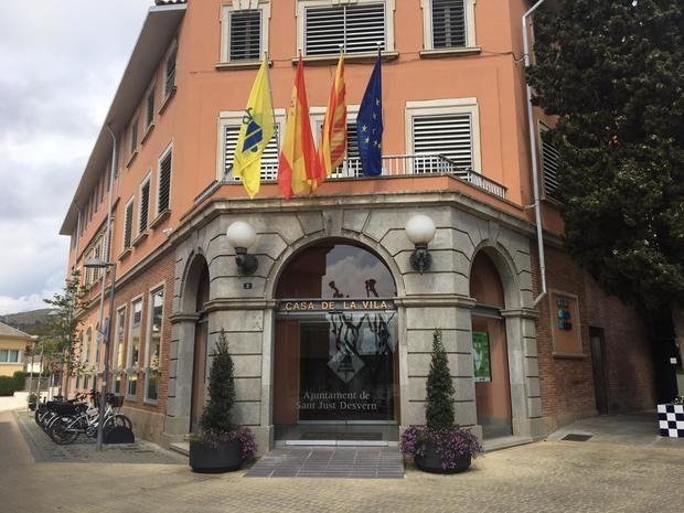Estado actual del edificio del ayuntamiento tras la retirada de la pancarta en apoyo a los presos independentistas.
