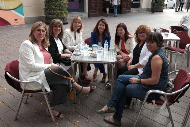 En la foto, las alcaldesas de Begues (Mercè Esteve), L'Hospitalet (Núria Marín), Sant Boi (Lluïsa Moret), Gavà (Raquel Sánchez), Castelldefels (María Miranda), Pallejà (Ascensión Ratia) y Santa Coloma (Anna Martínez).