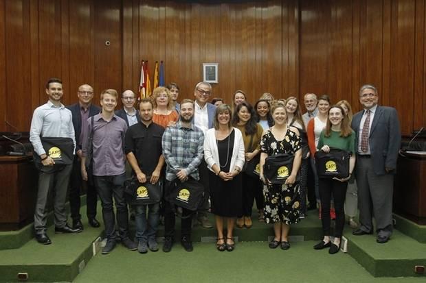 La alcaldesa de L'Hospitalet, Núria Marín, ha recibido en el Salon de Plenos a los 13 docentes