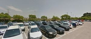 La víctima apareció en este aparcamiento de Sant Boi sin saber cómo había llegado hasta allí.