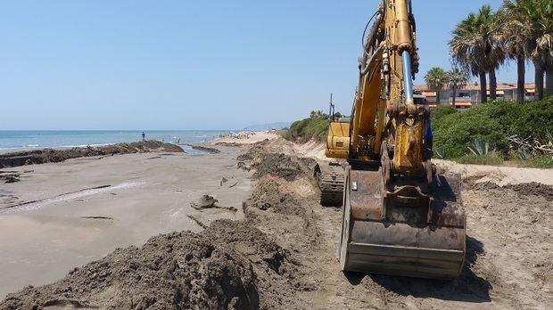 Aportación de 2.000 metros cúbicos de arena para frenar la regresión de la playa de Gavà.