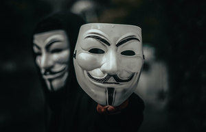 Un atracador usa una máscara de Anonymous para robar con violencia en una tienda de Martorell