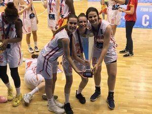 Barneda, Ayuso y Solé con la copa de campeonas.