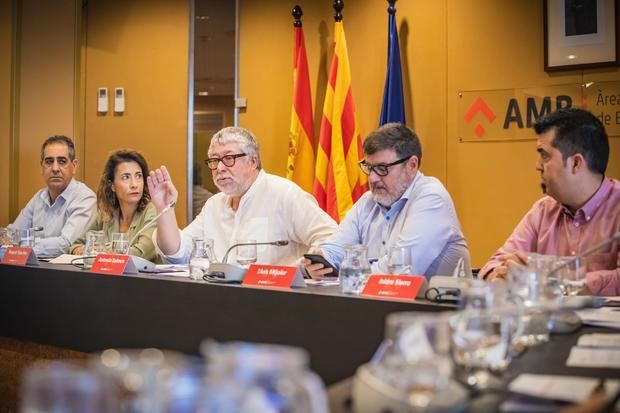 Antonio Balmón, vicepresidente ejecutivo del AMB, rodeado de alcaldes del Baix Llobregat que configuran las vicepresidencias metropolitanas sin un área de gestión específica asignada