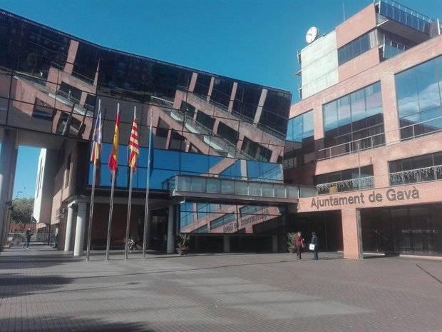 Gavà lleva a la Justicia el robo de la bandera española y catalana de la plaza del Ayuntamiento
