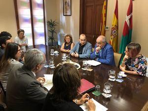 Josep Bargalló, conseller d'Ensenyament, -segundo por la derecha- junto a Carles Ruiz, alcalde de Viladecans, -segundo por la izquierda- en la reunión que han mantenido en el Ayuntamiento de Viladecans.
