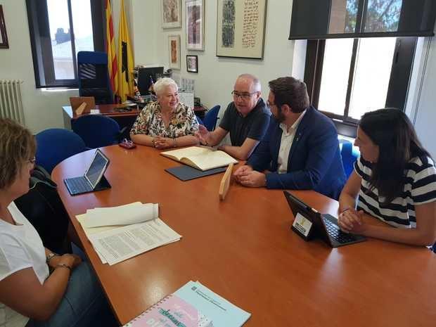 La alcaldesa de corbera, Montserrat febrero -en el centro-, junto al conseller de educación -a su derecha-