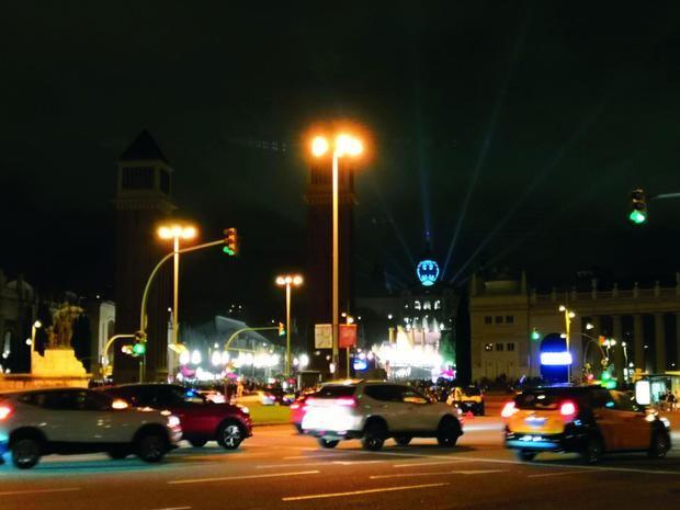 Proyección del símbolo de Batman en la plaza España de Barcelona, con motivo del Batman Day.