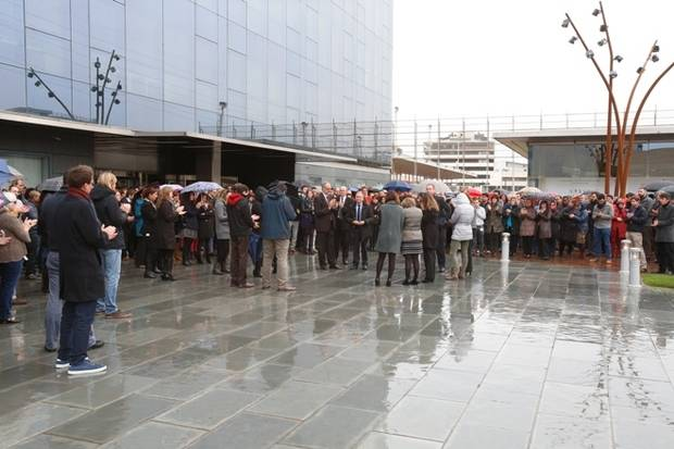 Minut de silenci davant la companyia Bayer a Sant Joan Despí