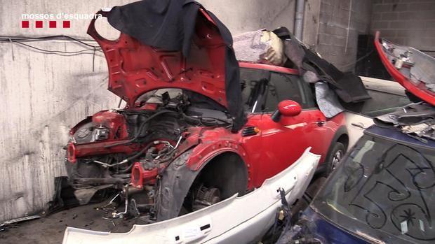 Uno de los coches sustraídos hallado en el taller por la policía.