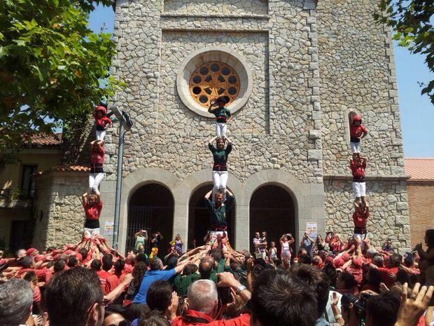 Actuación de castellers en la Fiesta Mayor de Begues.