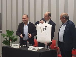 El alcalde Carles Ruiz -izquierda- entregando el diploma y la insignia de 'amVaixadorxs' de Viladecans a Gonzalo Bernardos -en el centro-.