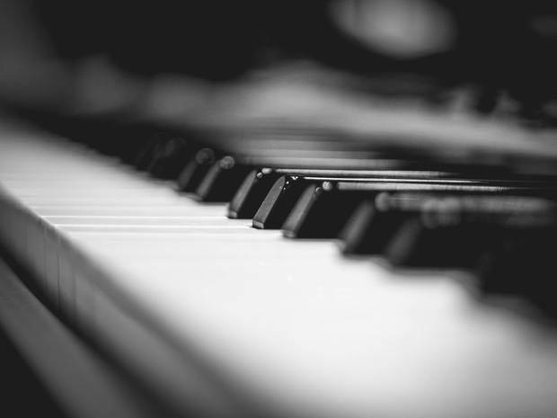 La música de piano acompañará a las historias y cartas de amor que se leerán.