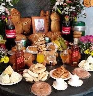 Las 'tumbas' con todo lo que le gustaba al difunto en vida durante la tradicional celebración boliviana de Todos Santos.