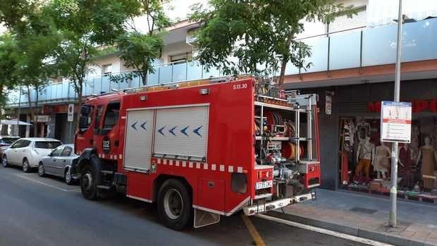 Arde de forma espontánea un coche aparcado en la zona azul junto a la plaza Cataluña de Sant Boi