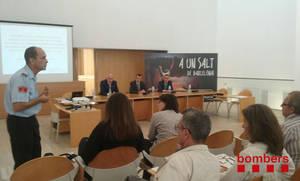 Bombers de la Generalitat i empreses de serves bàsics comparteixen la seva experiència amb els tècnics municipals del Baix Llobregat