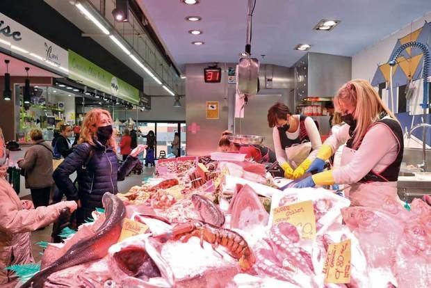 Uno de cada tres comerciantes y hosteleros del Baix Llobregat y L'Hospitalet cree que la campaña de Navidad reflotará el sector
