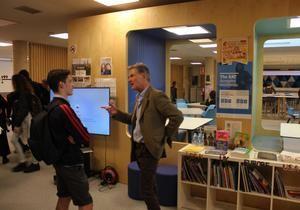El prestigioso periodista de la BBC Tim Willcox visita The British School of Barcelona de Castelldefels