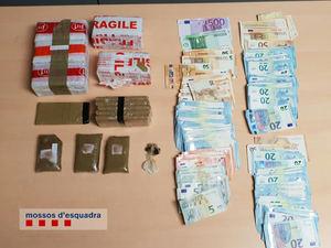 Material incautado por la policia en la peluquería de Cornellà.